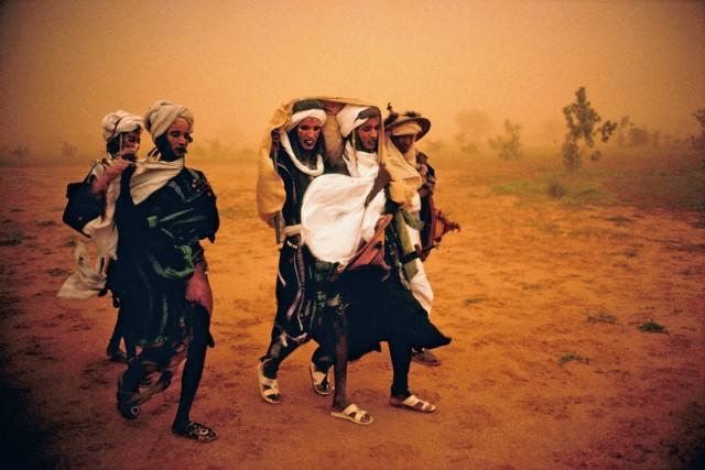 Представители народности Вудабе (фульбе) готовятся к конкурсному танцу на празднике выбора партнёра Геревол. Разгар песчаной бури, Нигер. Фотограф Паскаль Мэтр