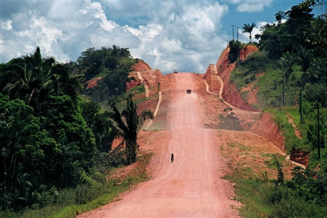 Трансамазонская дорога, ведущая из Бразилии в Перу через леса Амазонии. Фотограф Паскаль Мэтр