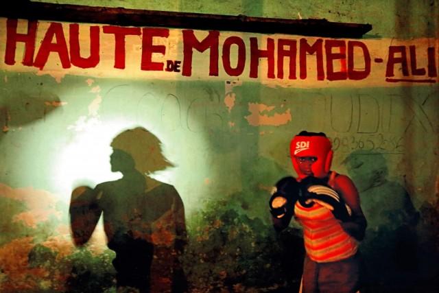 Женщина в боксёрском клубе, где в 1974 году прошёл поединок «Грохот в джунглях» между Мохаммедом Али и Джорджем Форманом, Киншаса. Фотограф Паскаль Мэтр