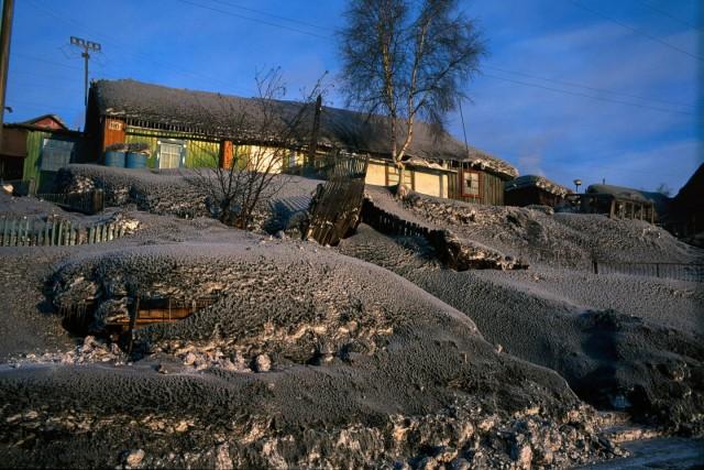 Снег, потемневший от выбросов, производимых заводами. Сибирь, Россия. Фотограф Паскаль Мэтр