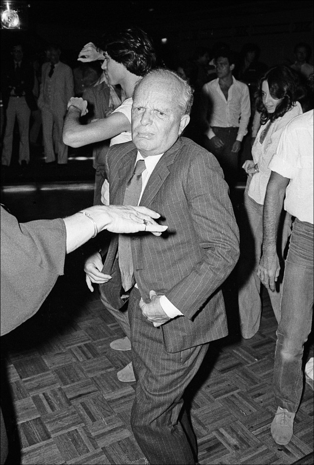 Трумен Капоте танцует в «Студия 54», 1977 год. Фотограф Аллан Танненбаум