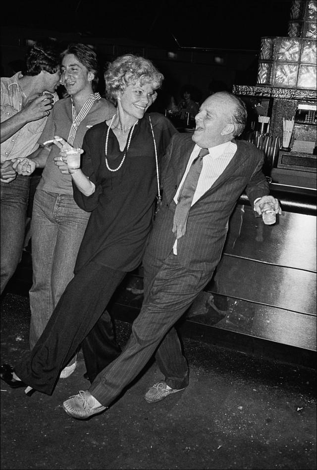 Трумен Капоте у бара с подругой в «Студия 54», 1977 год. Фотограф Аллан Танненбаум