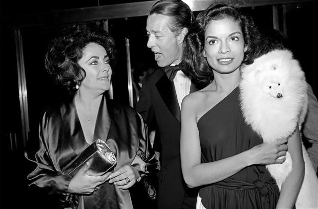 Элизабет Тейлор, модельер Холстон и Бьянка Джаггер на дне рождения Тейлор в «Студия 54», 1978 год. Фотограф Аллан Танненбаум