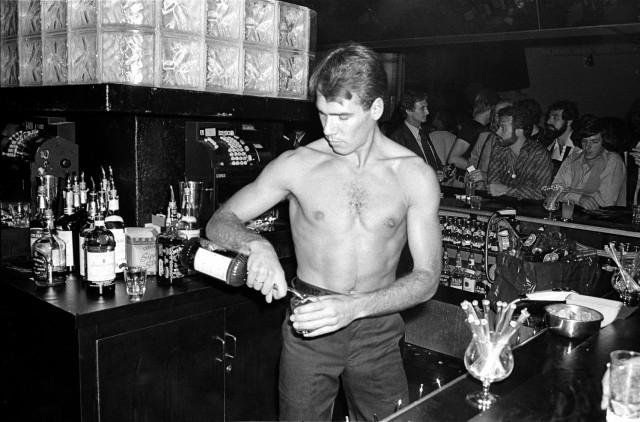 Все бармены и официанты «Студия 54» были красивыми и спортивными. Фотограф Аллан Танненбаум