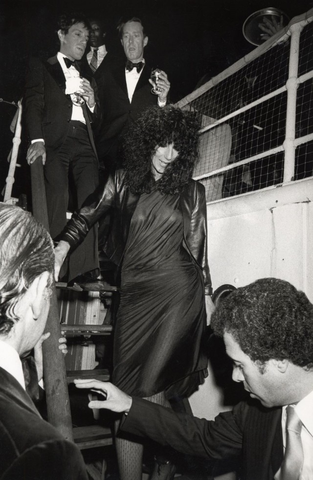 Певица Шер спускается по ступенькам на вечеринку по случаю запуска духов «Опиум», «Студия 54»
