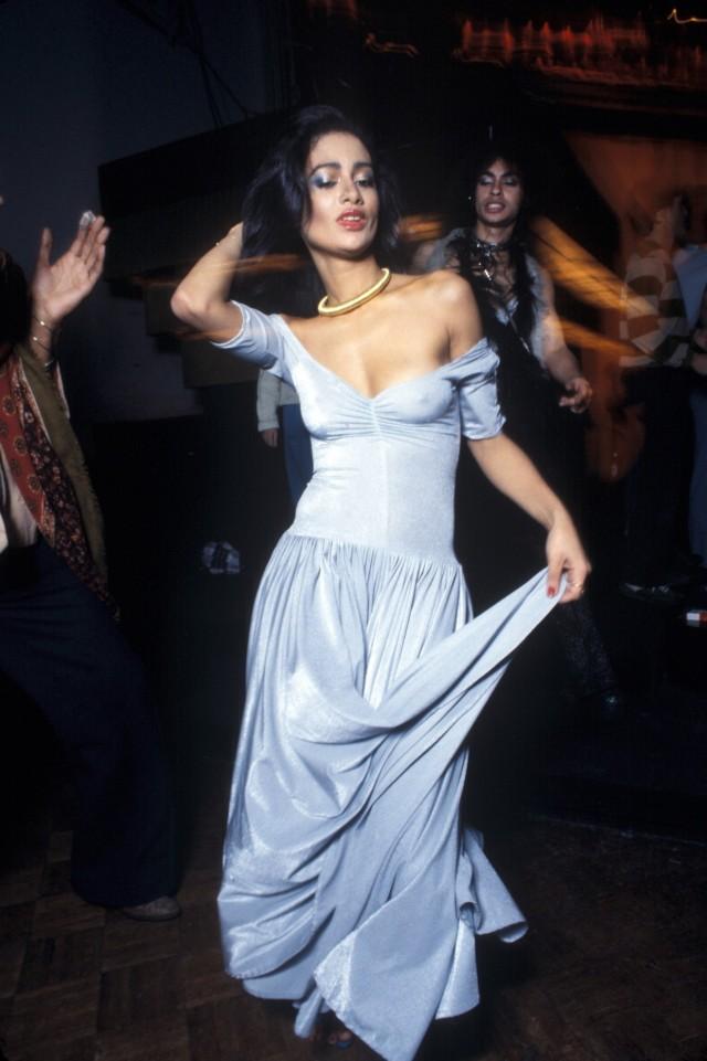 Женщина танцует в «Студия 54», Нью-Йорк 1977 год. Фотограф Уоринг Эббот