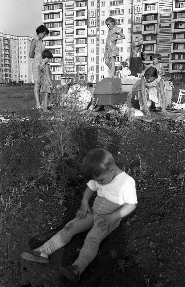 Девичьи игры. Новокузнецк, 1985. Фотограф Александр Бобкин