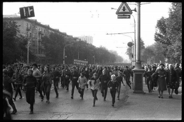 День бегуна. Массовый забег по центральной улице города. Новокузнецк, 1982. Фотограф Владимир Воробьев