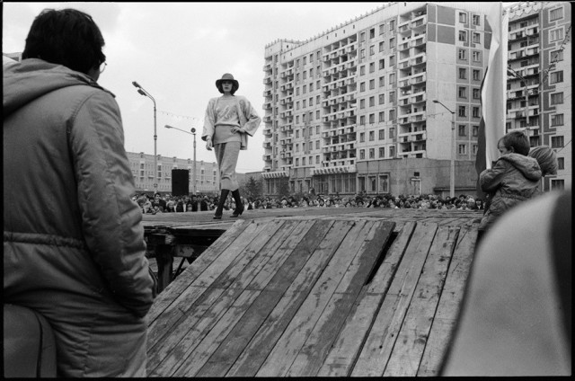Показ мод. Улица Кирова, Новокузнецк, 1987. Фотограф Александр Бобкин