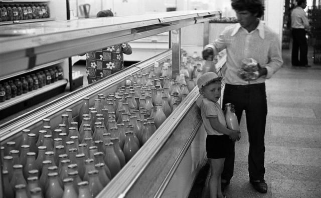 Молочный отдел универсама. Новокузнецк, 1983. Фотограф Владимир Воробьев