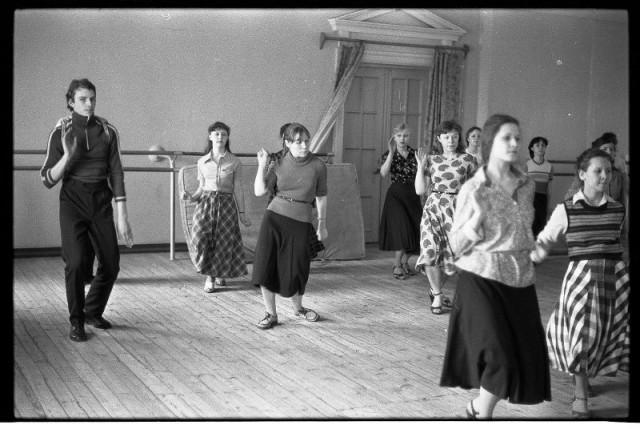 Обучение бальным танцам. Группа начинающих. Дворец культуры НКАЗа, Новокузнецк, 1983. Фотограф Владимир Соколаев