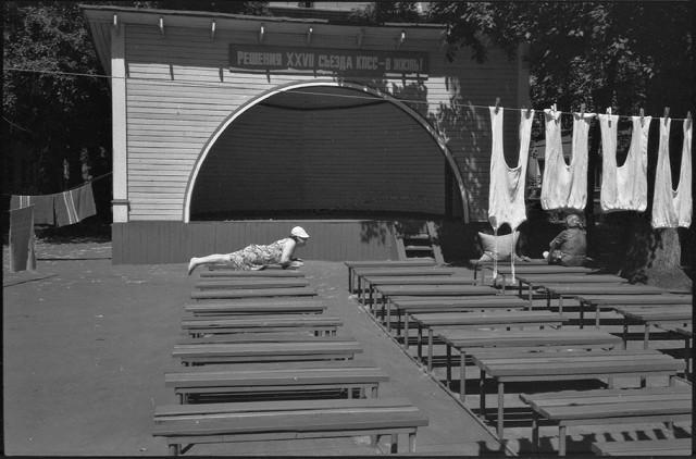 Летний день, агитплощадка. Новокузнецк, 1986. Фотограф Александр Бобкин