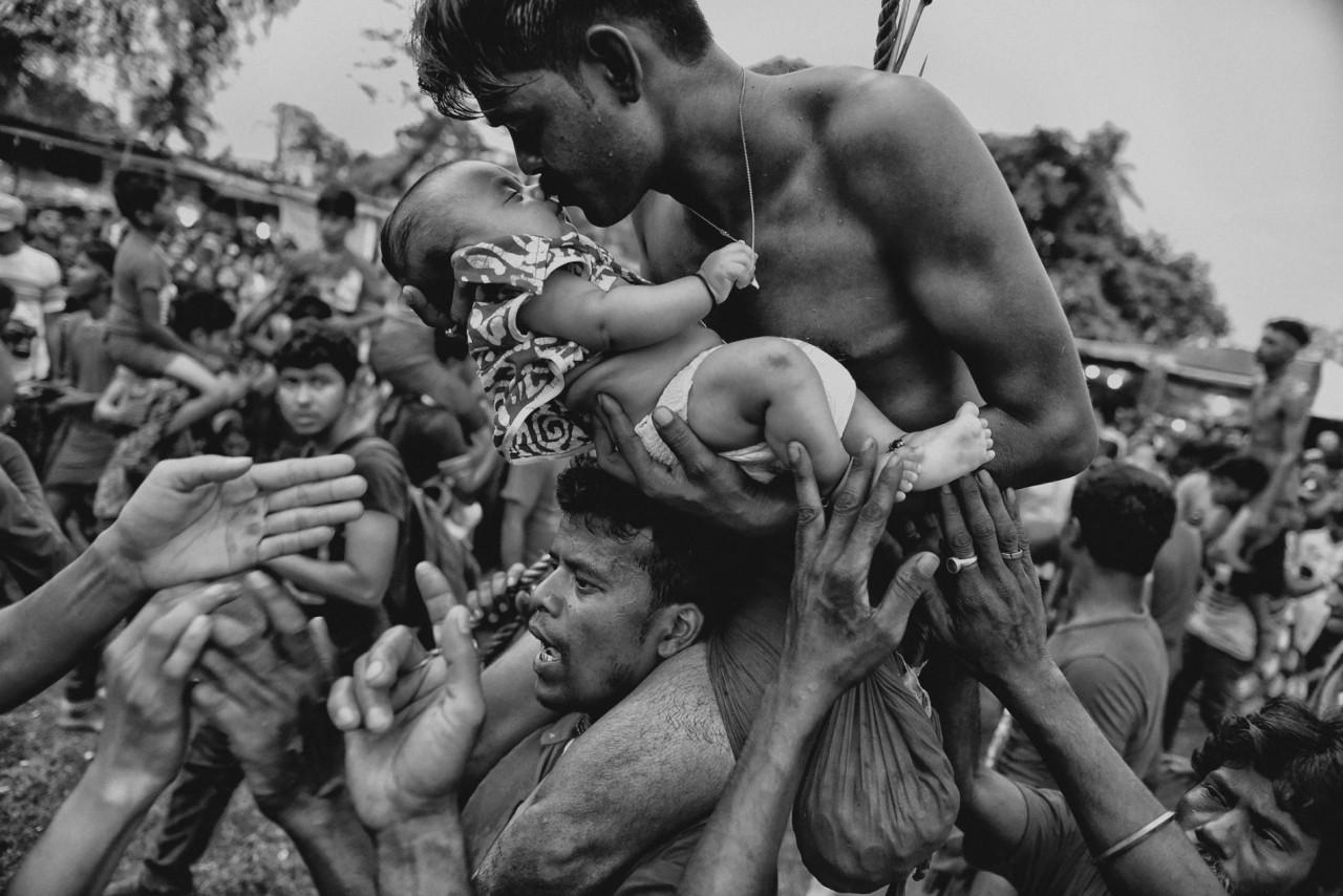 Индуист целует своего младенца во время праздника Чарак Пуджа в Западной Бенгалии, Индия. Автор Авишек Дас