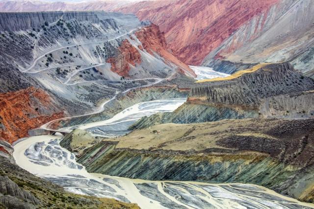 Красочные каньоны в горах Тянь-Шянь. Автор Туго Ченг