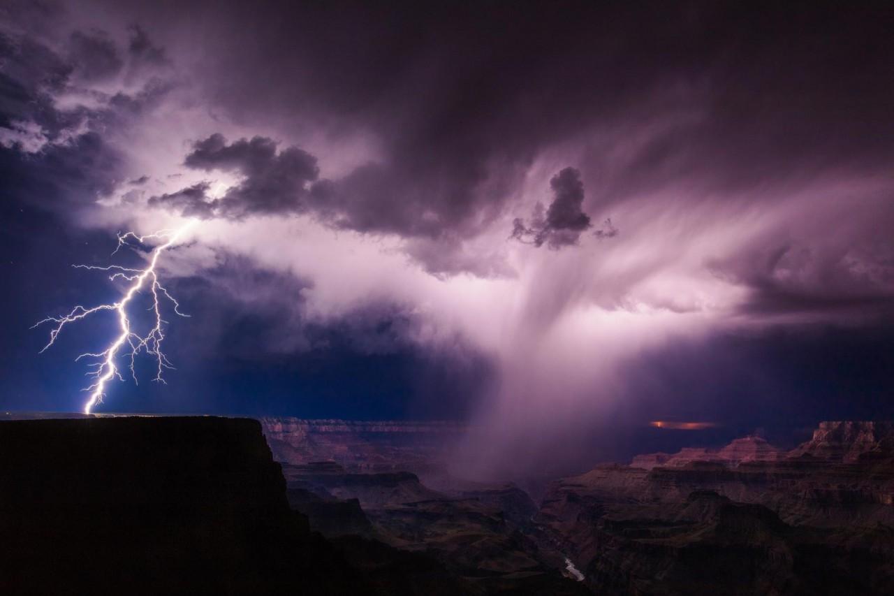 Летняя гроза с молнией у оконечности Большого каньона, Аризона, США. Автор Майк Ольбинский