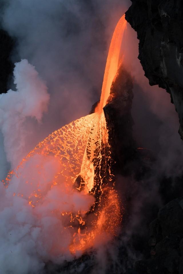 Огненные брызги раскалённой лавы. Калапана, Гавайи. Автор Карим Илья
