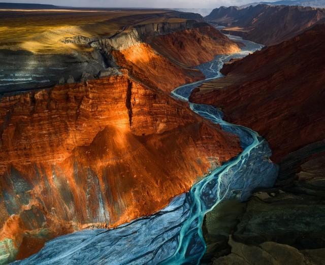 Разноцветные слои каньона в Душаньцзы, Китай. Автор Юхан Лиао