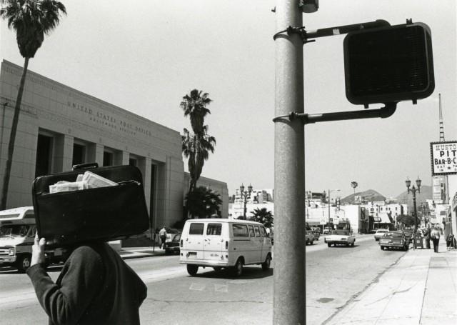 Человек с портфелем. Лос-Анджелес, 1975. Фотограф Гэри Крюгер