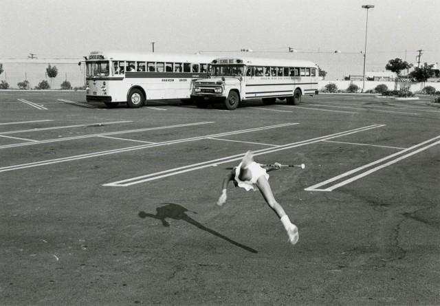 Мажоретка в воздухе, Лос-Анджелес, 1977. Фотограф Гэри Крюгер