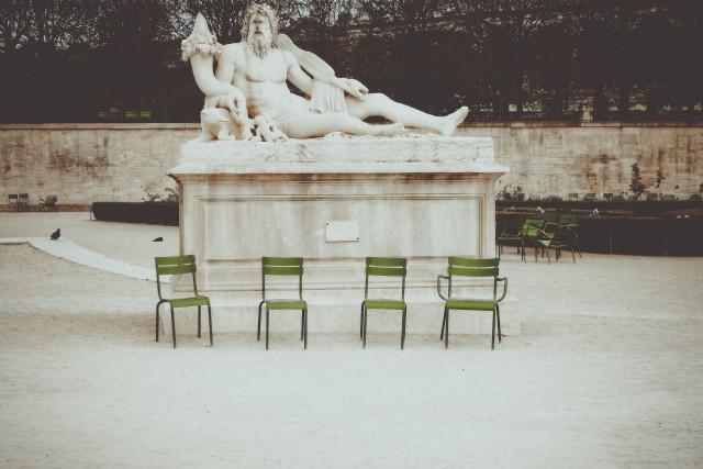 Четыре зелёных стула. Фотограф Лиза Соргини