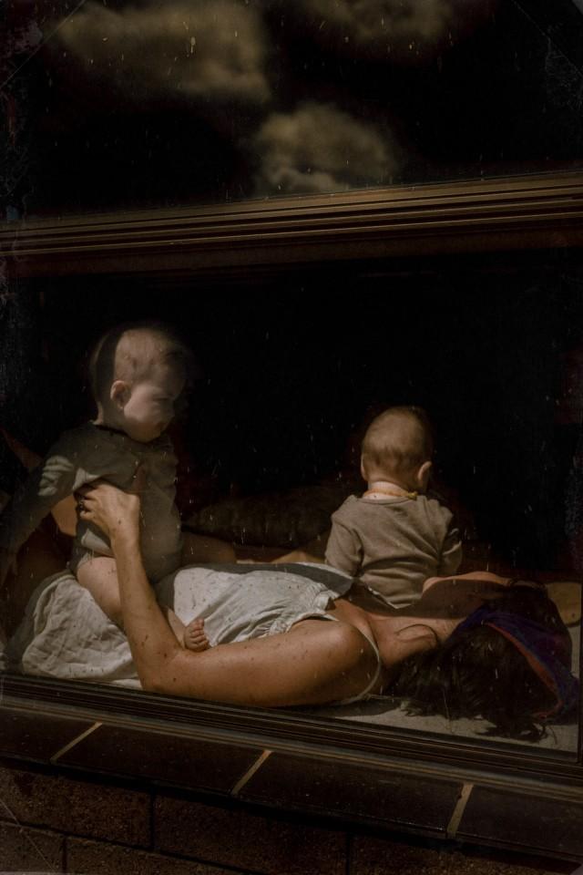 Серия «За стеклом», Хана, Мика и Бобби. Фотограф Лиза Соргини