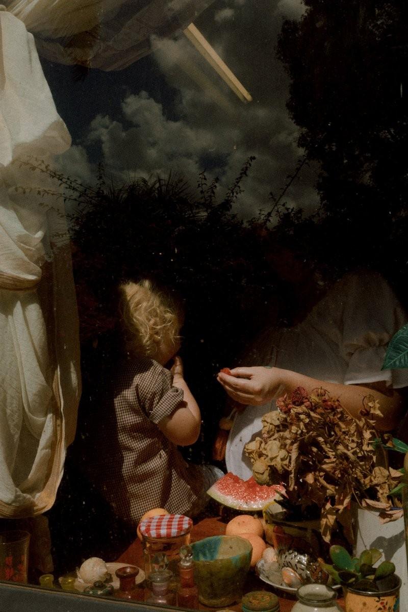 Серия «За стеклом», Аби и Мэриголд на кухне. Фотограф Лиза Соргини