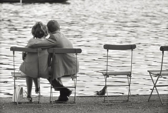 Пара обнимается в парке Лондона, 1965. Фотограф Марио Де Бьязи