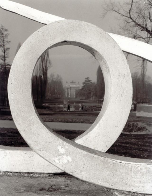 Вид на Арку Мира, один из главных монументов Милана, 1950-е. Фотограф Марио Де Бьязи