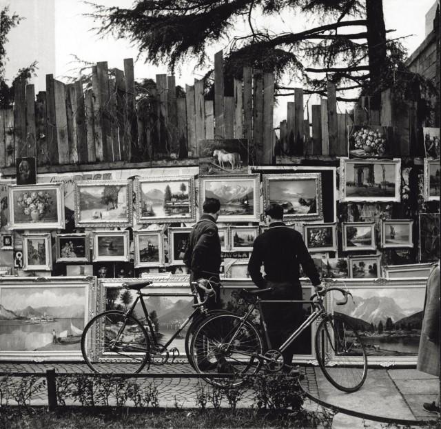 Велосипедисты перед выставкой картин. Милан, 1950-е. Фотограф Марио Де Бьязи