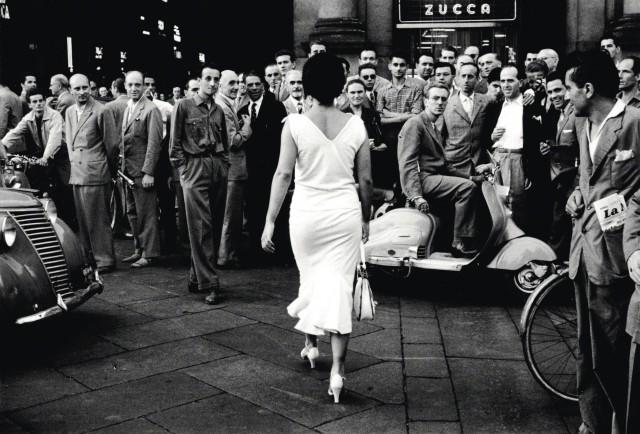 «Итальянцы оборачиваются», 1954. Фотограф Марио Де Бьязи