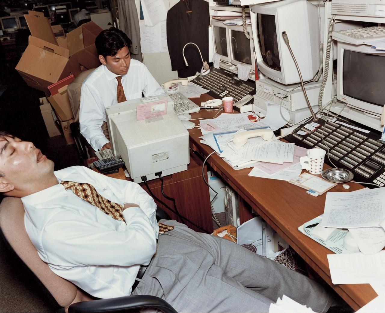 Из серии «Офис». Япония, 1990-е. Фотограф Ларс Тунбьёрк