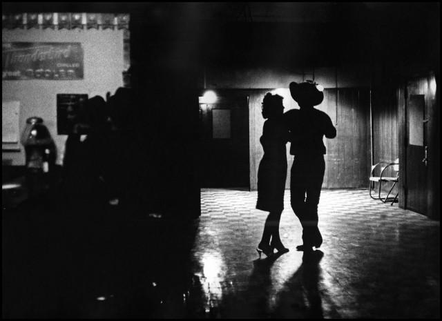 Танцующие в баре, Тусон, Аризона, США, 1963 год. Фотограф Томас Хёпкер