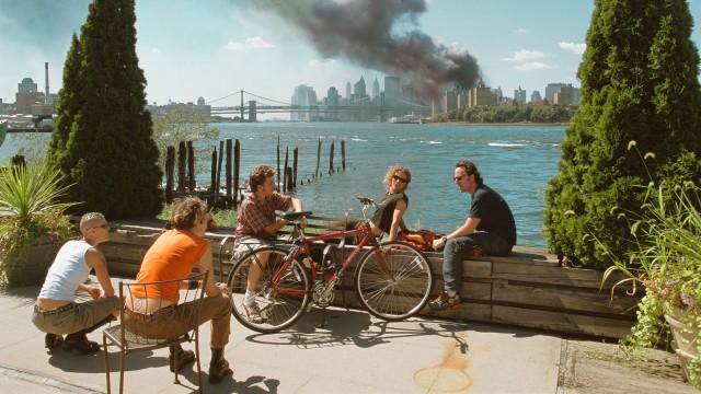Молодые люди отдыхают во время обеденного перерыва после нападения на Всемирный торговый центр. Бруклин, Нью-Йорк, 11 сентября, 2001 года. Фотограф Томас Хёпкер.