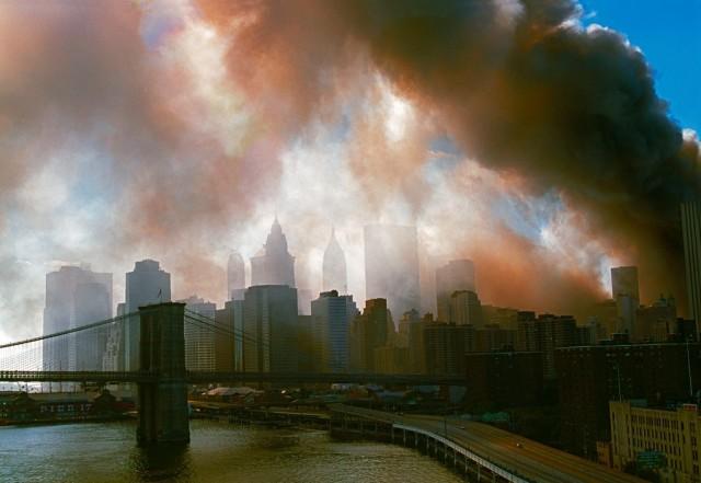 Атаки на Всемирный торговый центр, Нью-Йорк, 11 сентября 2001 года. Фотограф Томас Хёпкер