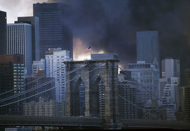 Центр Манхэттена и Бруклинский мост после атаки Центра, вид с Манхэттенского моста, Нью-Йорк,11 сентября 2001 года. Фотограф Томас Хёпкер