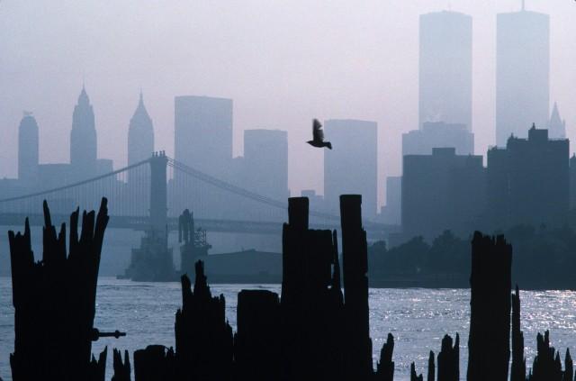 Вид на горизонт центра Манхэттена с башни Всемирного торгового центра, Нью-Йорк, США, 1983 год. Фотограф Томас Хёпкер