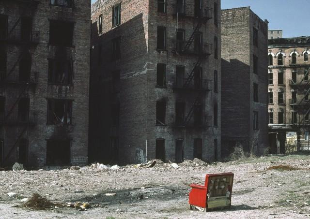 Сгоревшие многоквартирные дома в Южном Бронксе, Нью-Йорк. Фотограф Томас Хёпкер