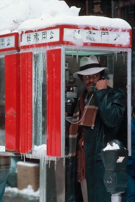 Мужчина в телефонной будке в Чайна-тауне. Фотограф Томас Хёпкер