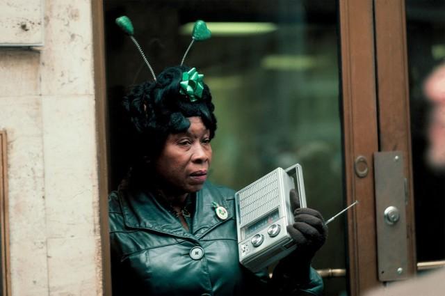 Женщина слушает радио во время парада в честь Дня Святого Патрика на Пятой авеню. Фотограф Томас Хёпкер