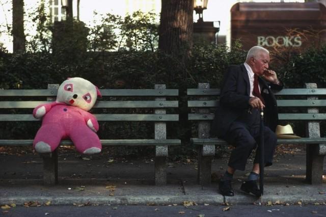 Мягкая игрушка и старик на скамейке в Центральном парке. Фотограф Томас Хёпкер