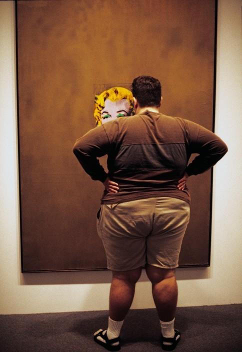 Человек перед «Золотой Мэрилин» Энди Уорхола, Музей современного искусства, 2005 год. Фотограф Томас Хёпкер