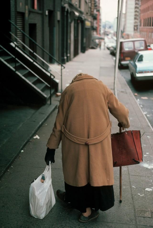 Дама с сумками в Челси, Нью-Йорк, США, 1983 год. Фотограф Томас Хёпкер