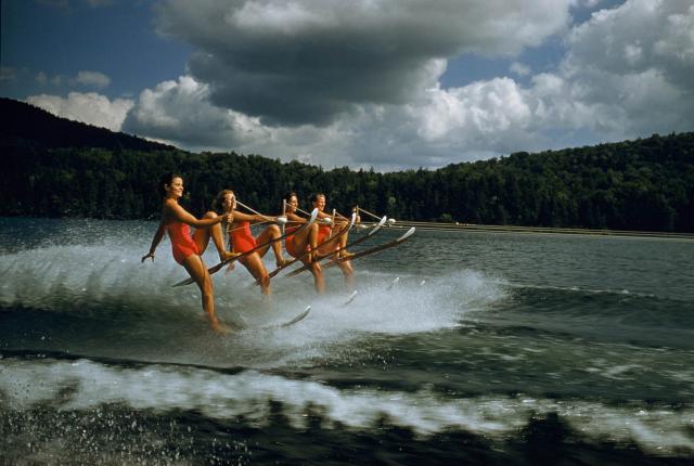 Женская команда по водным лыжам, штат Нью-Йорк, 1956. Фотограф Роберт Сиссон