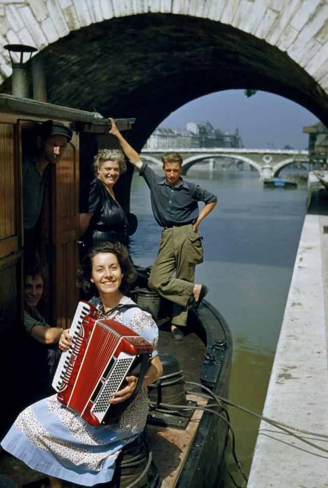 Аккордеонные мелодии задают настроение во время круиза по Сене. Париж, Франция, 1952. Фотограф Кэтлин Ревис