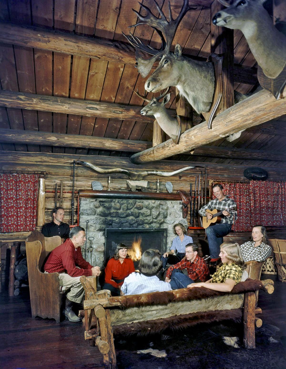 Владелец ранчо Bear Paw Dude играет на гитаре для гостей. Уилсон, штат Вайоминг, 1948. Фотограф Альфред Эйзенштадт
