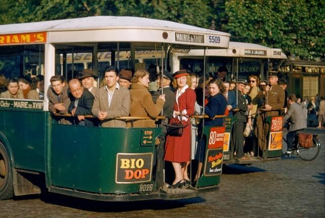 Переполненный транспорт, Париж, 1950-е. Фотограф Джастин Локк