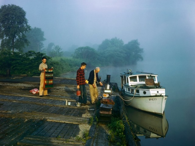 Экипаж лодки готовит завтрак на реке Мохок, штат Нью-Йорк. Фотограф Б. Энтони Стюарт
