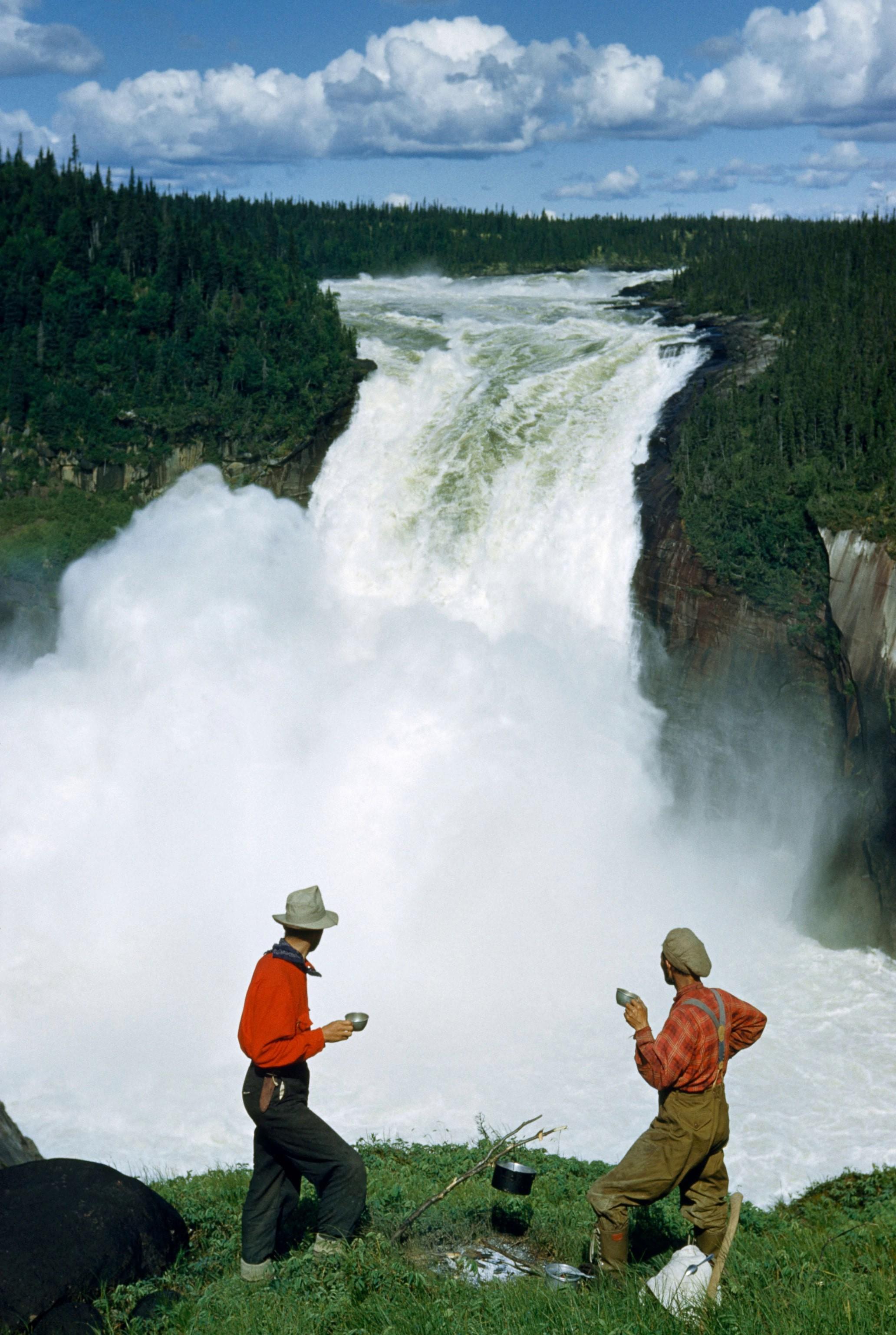 Туристы остановились выпить кофе с видом на водопад. Лабрадор, Канада, 1951. Фотограф Кэтлин Ревис