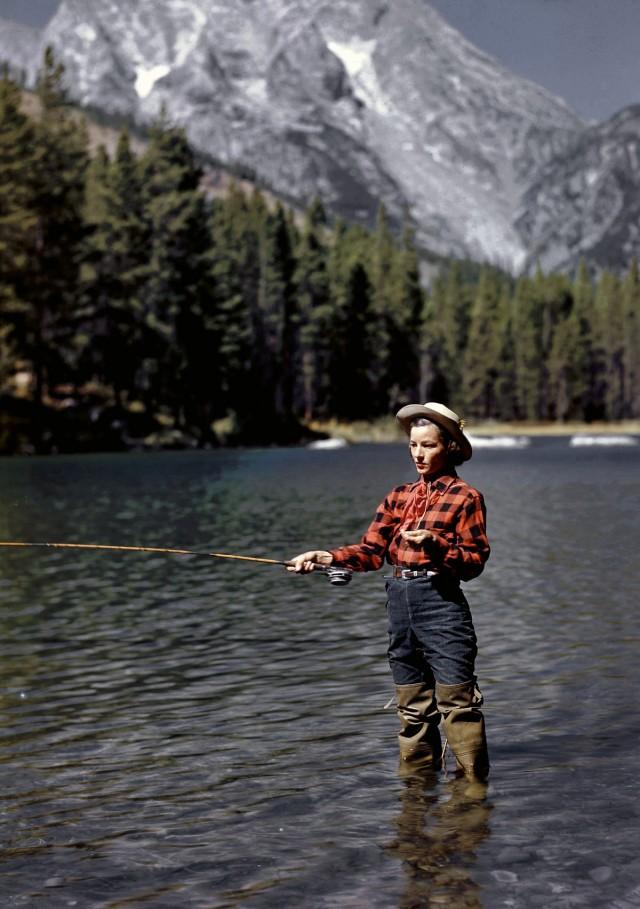 Эстер Аллен ловит форель в озере, Джексон-Хоул, 1948. Фотограф Альфред Эйзенштадт