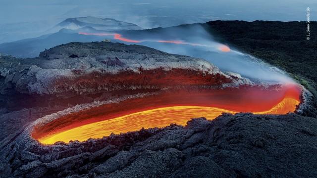 Победитель в категории «Земная среда обитания», 2020. «Огненная река вулкана Этна». Автор Лучано Гауденцио